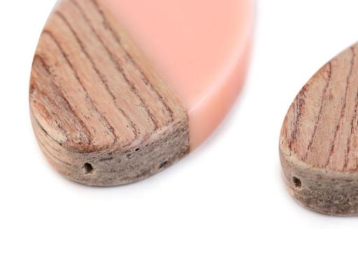Drevený prívesok so živicou 22x39 mm pudrová 2ks