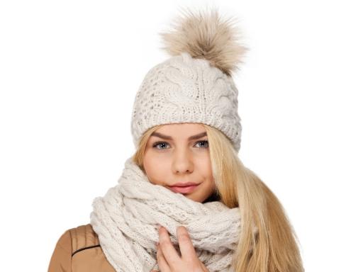 Dámska zimná čiapka s brmbolcom bežova biela 1ks